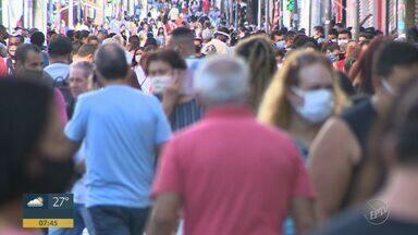 Em Campinas, primeiro dia de reabertura do comércio tem filas, aglomerações e ruas cheias - Estabelecimentos de rua têm autorização para funcionar das 12h até as 16h. Shoppings funcionam das 16h às 20h.