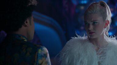 Zumbizinha querida - Enquanto Lizzie e Josie se preparam para a tão esperada festa de 16 anos, Alaric se vê preocupado com a última chegada sobrenatural - uma particularmente pessoal.