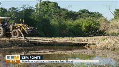 Sem ponte, moradores improvisam passagem em Brejo Grande, em Linhares - Assista ao vídeo.