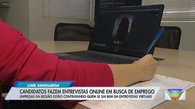 Candidatos fazem entrevista online em busca de emprego. - Empresas da região estão contratando quem se sai bem em entrevistas virtuais