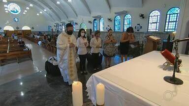 Pandemia faz entrada de fiéis a igrejas no Dia de Santo Antônio ficar limitada na região - Este sábado (13) é Dia de Santo Antônio, o santo casamenteiro. Tradicionalmente as igrejas ficam lotadas neste dia. Mas por causa da pandemia, a entrada de fiéis foi limitada.