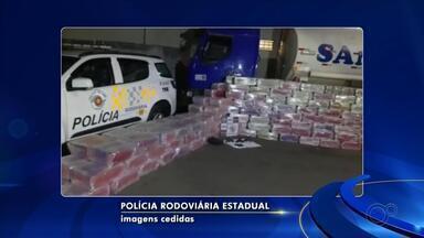 Polícia apreende caminhão-tanque com mais de 6,8 toneladas de maconha em rodovia - A Polícia Rodoviária Estadual apreendeu mais de 6,8 toneladas de maconha na noite desta sexta-feira (12) na Rodovia Assis Chateaubriand, no trecho de Guapiaçu (SP).