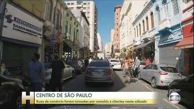 Ruas de comércio em SP foram tomadas por camelôs e clientes neste sábado (13) - O comércio popular de São Paulo, cidade que registra o maior número de casos e de óbitos, amanheceu lotado. Teve até registro de fila antes mesmo da abertura das portas.