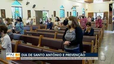 Missa com distanciamento celebra Dia de Santo Antônio em Presidente Prudente - Celebração teve fiéis com máscaras e venda de doces em drive thru.