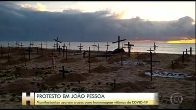Manifestantes espalham cruzes em praia de João Pessoa em protesto contra Bolsonaro - Ato simbólico teve objetivo de lembrar número de mortes pela Covid-19 e reclamar das medidas adotadas pelo governo federal, como a omissão de dados sobre a pandemia.