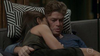 Arthur pergunta a Carolina se ela já teve alguma coisa com Germano - O dono da Bastille diz que, caso o pior aconteça, ele mesmo vai conversar com Lili