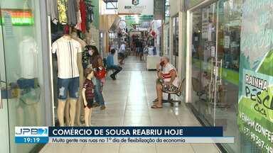 Comércio de Sousa, no Alto Sertão da Paraíba, reabriu nesta terça-feira (16) - Muita gente foi às ruas no 1º dia de flexibilização na cidade.
