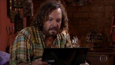 Álvaro assiste a gravação feita por Marcela - Ele se espanta com o vídeo que assiste no computador da falecida jornalista
