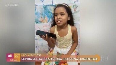 Menina de 7 anos ameniza a solidão dos idosos declamando poesias pelo telefone - Sophia é apaixonada por poesias e diz que adora conversar com idosos