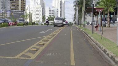 Ciclistas protestam contra a retirada da ciclovia na Avenida Ayrton Senna - Segundo a Secretaria de Obras, a retirada é necessária para o alargamento da via.