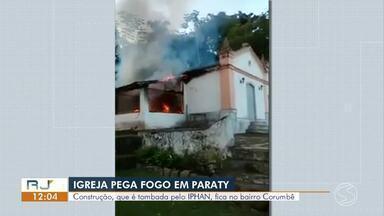 Igreja católica considerada patrimônio histórico pega fogo em Paraty - Imóvel fica no bairro Corumbê. Chamas atingiram parte da construção, que é tombada pelo Iphan.
