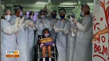 Paciente de 101 anos que estava com Covid-19 recebeu alta no Recife - Alta foi motivo de comemoração entre médicos e enfermeiros.