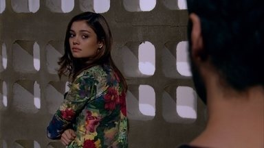 Rafael recebe visita de Amália na prisão - O rapaz se surpreende ao ver a amada
