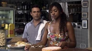 Dagmar e Alberto sentem falta de Guaracy no Tupinambar - Enquanto o português acompanha o parto de Esther, Leandro aparece no bar e conta as novidades de seu trabalho com Wallace