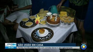 Família se reúne para comemorar a véspera de São João em casa - Sem aglomeração e com comidas típicas.