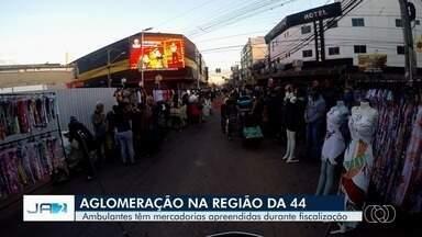 Fiscais apreendem mercadorias de ambulantes na Região da 44, em Goiânia - Decreto da prefeitura libera o funcionamento das galerias da região só depois de 30 de junho. Mesmo assim, comerciantes informais tomaram as ruas da região, causando aglomerações.