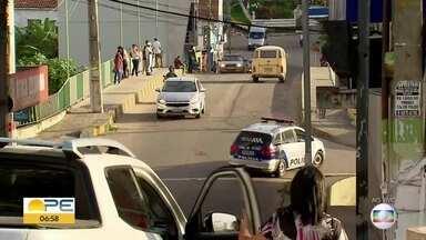 Primeiro dia de quarentena mais rígida começa com filas e pessoas nas ruas de Bezerros - Junto a Caruaru, cidade tem restrições de circulação a partir desta sexta-feira (26).