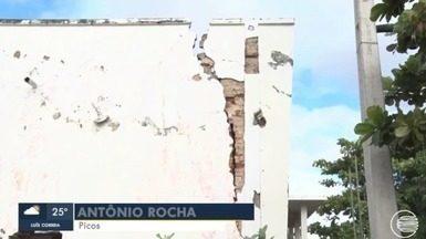 Antigo prédio de escola abandonado corre risco de desabar em Picos, no Piauí - Antigo prédio de escola abandonado corre risco de desabar em Picos, no Piauí