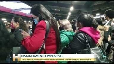 Dificuldade para manter distanciamento em ônibus preocupa curitibanos - Número de infectados tem crescido rapidamente na cidade e já está perto de ultrapassar 4.000