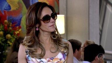 Tereza Cristina manda René reunir os funcionários na cozinha - A madame avisa que não vai sair do restaurante sem antes fazer um anúncio importante