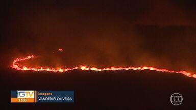 Bombeiros combatem incêndio em vegetação na Serra do Curral - Fogo atingiu área de preservação ambiental.