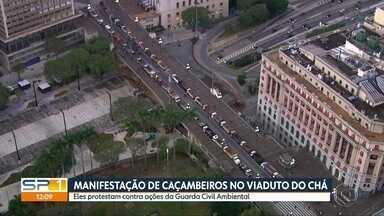 Protesto de caçambeiros bloqueia Viaduto do Chá - Manifestantes exigem regulamentação da categoria e cobram menos violência nas abordagens da Guarda Civil Ambiental.