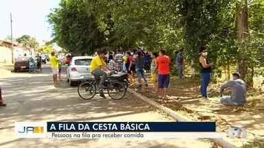 Moradores formam fila para buscar cestas básicas, em Goiânia - Pessoas formaram aglomeração.