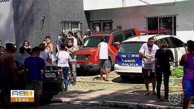 Caso Miguel: Após quase 1 mês, ex-patroa depõe sobre a queda do menino no Recife - Sari Corte Real chegou antes das 6h desta segunda-feira (29), acompanhada pelo marido. Miguel Otávio caiu do 9º andar enquanto mãe passeava com cachorro dos então patrões.