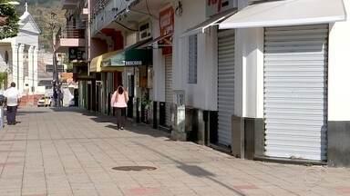 São Roque decide continuar na fase laranja de flexibilização - Municípios que fazem parte do Departamento Regional de Saúde de Sorocaba (SP) voltaram nesta segunda-feira (29) para a fase vermelha do Plano São Paulo de flexibilização. São Roque (SP) resolveu continuar na fase laranja, em que o comércio não essencial pode funcionar. A decisão, segundo o prefeito, foi baseada nos números do coronavírus na cidade.