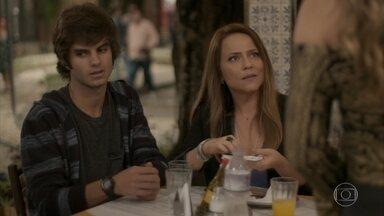 Lili diz a Cassandra que não tem influência sobre concurso - Empresária se sente mal ao reconhecer o bar do Hugo como o local do vídeo em que Germano e Carolina dançaram juntos