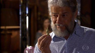 Pereirinha vai a um antiquário - O pescador mostra a miniatura a uma especialista. Teodora estranha quando Enzo diz que o pai ficará no hotel mais uns dias