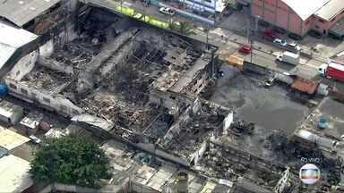 Dia de contabilizar os prejuízos após incêndio em Guarulhos - Fogo atingiu galpão de indústria química. Não houve feridos.
