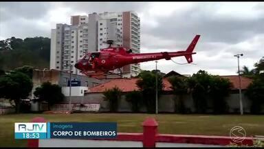 Menina de quatro anos baleada em Três Rios é transferida para hospital em Duque de Caxias - Ela e outras sete vítimas foram atingidas por tiros na noite de terça-feira durante a comemoração de um aniversário no bairro Vila Isabel. Um jovem de 20 anos morreu no local.