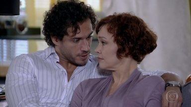 Esther acredita que Paulo não gostará de sua nova proposta - Guaracy apoia a namorada
