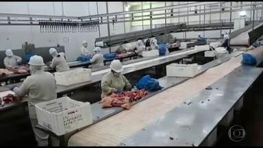 Avanço da Covid entre funcionários de frigorífico no MT faz China suspender compras - A pandemia afetou a exportação de carne. A China, um dos principais países consumidores do produto brasileiro, suspendeu a compra de três frigoríficos; dois, de Mato Grosso.