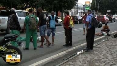 Acidente entre duas motos deixa feridos no Tabuleiro dos Martins, em Maceió - Feridos foram socorridos pelo Samu e Corpo de Bombeiros.