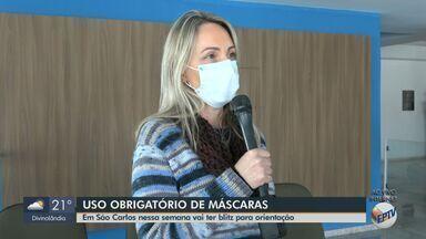 Prefeitura de São Carlos faz blitz de orientação sobre novo decreto estadual - Ação será realizada durante uma semana para conscientizar a população do uso obrigatório de máscaras.