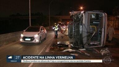 Ônibus tomba na Linha Vermelha e provoca enorme congestionamento - Acidente foi na altura do Caju no sentido Centro. O ônibus estava sem passageiros e o motorista sofreu ferimentos leves.
