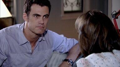 Juan conta para Letícia que Chiara tem uma doença terminal - O casal decide adiar o casamento. O empresário dá todo o apoio para a mãe de seu filho. A professora conversa com a família sobre a situação