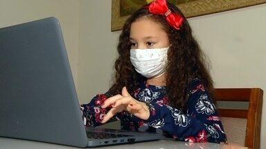 Sem poder brincar com amigos, crianças usam a tecnologia para passar o tempo - Celulares, tablets, televisão, vídeo game. Esses itens viraram os principais amigos das crianças na pandemia. Especialistas falam dos problemas que causam as telas em excesso.