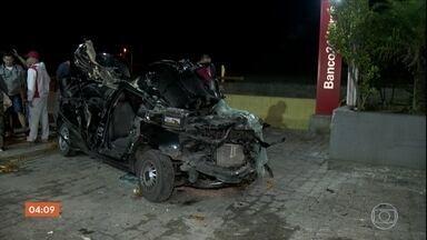 Carro bate na traseira de caminhão e deixa um morto em Guarulhos, SP - Acidente aconteceu na Via Dutra.