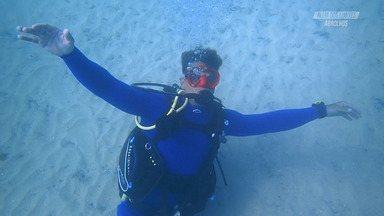 Mergulho em Abrolhos - Pela primeira vez, Fernando Fernandes experimenta o mergulho adaptado, em Abrolhos. A água lhe permite a liberdade que não tem na terra. Abrolhos também presenteou os mergulhos com baleias, lado a lado com o barco.