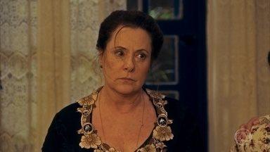 Cunegundes proíbe a ida de Manuela para São Paulo - Dita enfrenta a sogra e Eponina sofre com a decisão da cunhada