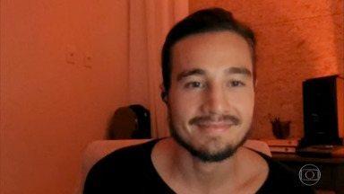 Tiago Iorc enumera as coisas boas da vida simples - Músico encerra papo com Bial fazendo uma homenagem a Vinícius de Moraes