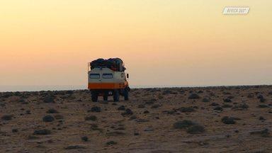Tarfaya: Uma Cidade No Deserto - Os irmãos saem de Agadir e seguem em direção ao sul, deixando os povoados e Marrocos e entrando no limite do Saara Ocidental. Depois de rodarem muito, param numa cidadezinha no meio do deserto, chamada Tarfaya.