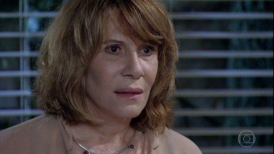 Danielle revela que Bia tem um filho biológico - Enquanto Glória espera pela amiga na pizzaria, a médica confessa que realizou o sonho de Guilherme