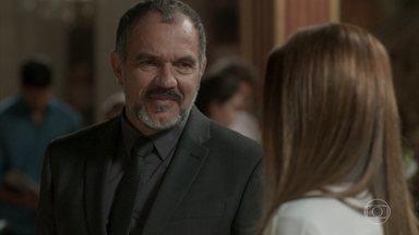 Germano tenta se reaproximar de Lili - Eles relembram o passado com nostalgia, mas a dona da Bastille afirma que o casamento deles acabou