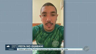 Goleiro Jefferson Paulino comemora boa fase e primeiro ano no Guarani - Referência no gol, jogador titular ganhou o respeito e o carinho dos torcedores após superar uma falha.