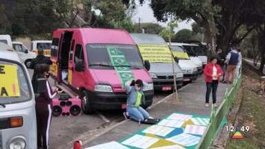 Motoristas do transporte escolar fazem protesto em São José - Grupo se reuniu em frente ao Paço.