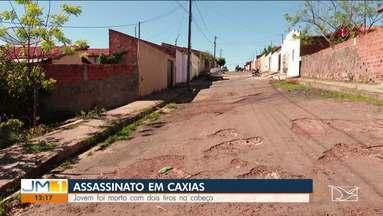 Jovem é morto com dois tiros na cabeça em Caxias - Veja mais informações com o repórter Davi Peres.